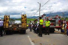 Quito, Ecuador - abril, 17, 2016: Grupo de personas no identificado que mira la casa destruida por el terremoto, desastre en la c Fotografía de archivo libre de regalías