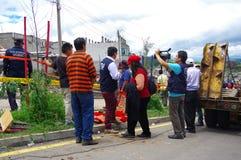 Quito, Ecuador - abril, 17, 2016: Grupo de personas no identificado que mira la casa destruida por terremoto, y maquinaria pesada Fotografía de archivo libre de regalías