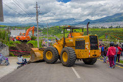 Quito, Ecuador - abril, 17, 2016: Grupo de personas no identificado que mira la destrucción causada por el terremoto, y machiner  Fotografía de archivo libre de regalías