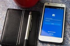 QUITO, ECUADOR - 3 AGOSTO 2015: Smartphone bianco Immagini Stock