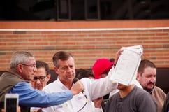 Quito, Ecuador - April 7, 2016: De leider Andres Paez van de close-upoppositie door mensen en holding in zijn handen wordt omring Royalty-vrije Stock Afbeelding