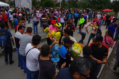 Quito Ecuador - April, 17, 2016: Folkmassa av folk av Quito som ger mat, kläder, medicin och vatten för katastroflättnad Arkivfoton