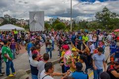 Quito Ecuador - April, 17, 2016: Folkmassa av folk av Quito som ger mat, kläder, medicin och vatten för katastroflättnad Royaltyfria Foton