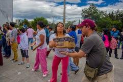 Quito Ecuador - April, 17, 2016: Folkmassa av folk av Quito som ger mat, kläder, medicin och vatten för katastroflättnad Royaltyfri Bild