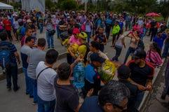 Quito Ecuador - April, 17, 2016: Folkmassa av folk av Quito som ger mat, kläder, medicin och vatten för katastroflättnad Royaltyfri Foto