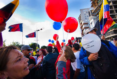 Quito, Ecuador - 7. April 2016: Gruppe von Personen, die Protestzeichen, Ballone mit Polizei und Journalisten während Anti hält Lizenzfreies Stockfoto