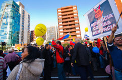 Quito, Ecuador - 7. April 2016: Gruppe von Personen, die Protestzeichen, Ballone mit Polizei und Journalisten während Anti hält Stockfoto