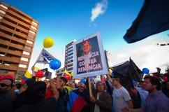 Quito, Ecuador - 7. April 2016: Gruppe von Personen, die Protestzeichen, Ballone mit Polizei und Journalisten während Anti hält Lizenzfreie Stockbilder