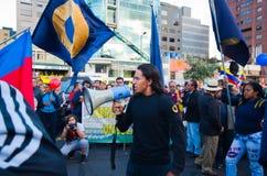 Quito, Ecuador - 7. April 2016: Gruppe von Personen, die Protestzeichen, Ballone mit Polizei und Journalisten während Anti hält Lizenzfreies Stockbild