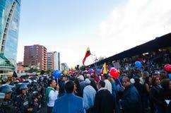 Quito, Ecuador - 7. April 2016: Gruppe von Personen, die Protestzeichen, Ballone mit Polizei und Journalisten während Anti hält Lizenzfreie Stockfotografie