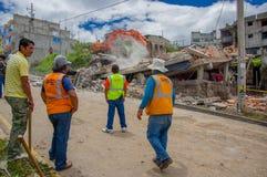 Quito, Ecuador - April, 17, 2016: Huis door Aardbeving met redders en zware machines in het zuidendeel dat wordt vernietigd van Stock Foto