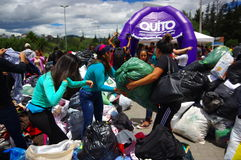 Quito, Ecuador - April, 17, 2016: Menigte van mensen die het huis kijken die door Aardbeving wordt vernietigd, en zware machines  Stock Foto