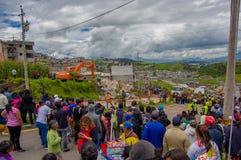Quito, Ecuador - April, 17, 2016: Menigte van mensen die het huis kijken die door Aardbeving wordt vernietigd, en zware machines  Royalty-vrije Stock Foto's