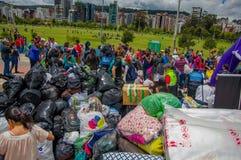 Quito, Ecuador - April, 17, 2016: Menigte van mensen die het huis kijken die door Aardbeving wordt vernietigd, en het zware machi Royalty-vrije Stock Afbeelding