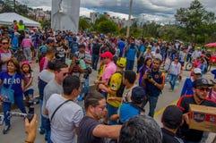 Quito, Ecuador - April, 17, 2016: Menigte van mensen die van Quito hulp bij rampenvoedsel, kleren, geneeskunde en water verstrekk Royalty-vrije Stock Foto's