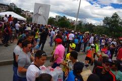 Quito, Ecuador - April, 17, 2016: Menigte van mensen die van Quito hulp bij rampenvoedsel, kleren, geneeskunde en water verstrekk Stock Foto