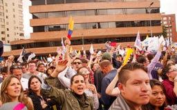 Quito, Ecuador - April 7, 2016: Menigte van niet geïdentificeerde mensen met Ecuatoriaan en witte vlaggen ondersteunend president Royalty-vrije Stock Afbeeldingen