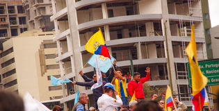 Quito, Ecuador - April 7, 2016: Menigte van niet geïdentificeerde mensen met Ecuatoriaan en witte vlaggen ondersteunend president Royalty-vrije Stock Foto