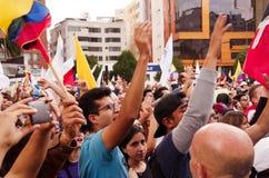 Quito, Ecuador - April 7, 2016: Menigte van niet geïdentificeerde mensen met Ecuatoriaan en witte vlaggen ondersteunend president Royalty-vrije Stock Fotografie