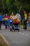 Quito Ecuador - April, 17, 2016: Oidentifierade medborgare av Quito som ger mat för katastroflättnad, kläder, medicin och Royaltyfria Foton