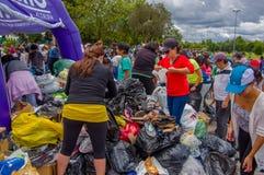 Quito Ecuador - April, 17, 2016: Oidentifierat folk i Quito som ger mat för katastroflättnad, kläder, medicin och Arkivfoton