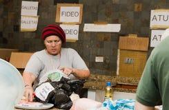 Quito, Ecuador - April, 23, 2016: Zakken levering voor hulp bij rampen met voedsel, kleren, geneeskunde en water voor Stock Foto's