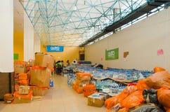 Quito, Ecuador - April, 23, 2016: Zakken levering voor hulp bij rampen met voedsel, kleren, geneeskunde en water voor Royalty-vrije Stock Afbeelding