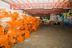 Quito, Ecuador - April, 23, 2016: Zakken levering voor hulp bij rampen met voedsel, kleren, geneeskunde en water voor Royalty-vrije Stock Afbeeldingen