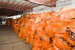 Quito, Ecuador - April, 23, 2016: Zakken levering voor hulp bij rampen met voedsel, kleren, geneeskunde en water voor Stock Afbeeldingen