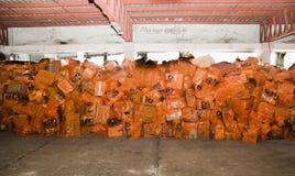 Quito, Ecuador - April, 23, 2016: Zakken levering voor hulp bij rampen met voedsel, kleren, geneeskunde en water voor Stock Fotografie