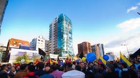 Quito, Ecuador - 7 aprile 2016: Gruppo di persone che iscenano i segni di protesta, i palloni con la polizia ed i giornalisti dur Immagine Stock Libera da Diritti