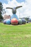 Quito, Ecuador - 28 aprile 2015 monumento storico di una scultura variopinta enorme del colibrì situata nella valle di Los Immagine Stock