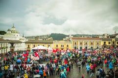 Quito, Ecuador - 27. August 2015: Große Menge trat für Antiregierungsproteste auf Stadtplatz zusammen Lizenzfreie Stockfotos