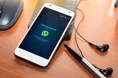QUITO, ECUADOR - 3. AUGUST 2015: Weißer Smartphone Lizenzfreie Stockfotografie