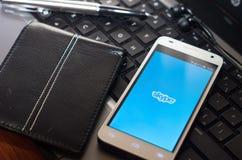 QUITO, ECUADOR - 3. AUGUST 2015: Weißer Smartphone Lizenzfreies Stockfoto