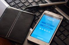 QUITO, ECUADOR - 3. AUGUST 2015: Weißer Smartphone Lizenzfreies Stockbild