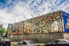 QUITO ECUADOR AUGUSTI 20 2017: Härliga vägg- grafitti på en vägg med några bilar som parkeras i den centrala Quito, Ecuador Arkivbilder