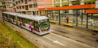 QUITO ECUADOR AUGUSTI 20 2017: Oidentifierat folk som väntar på kollektivtrafiken inom av en Chimbacalle bussstation Royaltyfri Bild