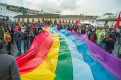 Quito, Ecuador - Augustus 27, 2015: De inheemse mensen met grote gekleurde regenboog markeren tijdens massademonstraties tegen Royalty-vrije Stock Foto's