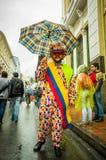 Quito, Ecuador - Augustus 27, 2015: De mens kleedde zich omhoog als clown met paraplu in stadsstraten tijdens massademonstraties Royalty-vrije Stock Foto's