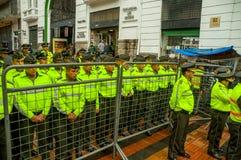 Quito, Ecuador - Augustus 27, 2015: De politieagenten achter metaal schermen barrricade het wachten van op orden tijdens massadem Royalty-vrije Stock Fotografie