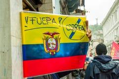 Quito, Ecuador - Augustus 27, 2015: Ecuatoriaanse vlag met antivoorzittersbericht tijdens massademonstraties tegen Stock Fotografie