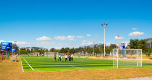 QUITO, ECUADOR - 8 AUGUSTUS, 2016: Groep die mensen zich op die voetbalgebied bevinden in La Carolina, kunstmatige gre wordt geve Stock Foto