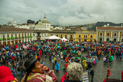 Quito, Ecuador - Augustus 27, 2015: Grote die menigte voor antioverheidsprotesten wordt verzameld op stadsvierkant Stock Afbeelding