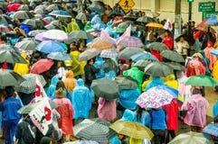 Quito, Ecuador - Augustus 27, 2015: Grote menigte en vele paraplu's in stadsstraten tijdens demonstraties Royalty-vrije Stock Foto's