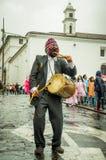 Quito, Ecuador - Augustus 27, 2015: Mens met inheemse trommel tijdens massademonstraties tegen overheid Stock Fotografie