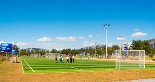 QUITO, ECUADOR - 8 DE AGOSTO DE 2016: Grupo de personas que se coloca en el campo de fútbol situado en el La Carolina, gre artifi Foto de archivo