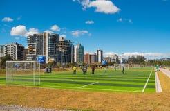 QUITO, ECUADOR - 8 DE AGOSTO DE 2016: Grupo de personas que se coloca en el campo de fútbol situado en el La Carolina, gre artifi Imagen de archivo libre de regalías