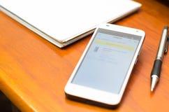 QUITO, ECUADOR - 3 DE AGOSTO DE 2015: Smartphone blanco Imagen de archivo libre de regalías