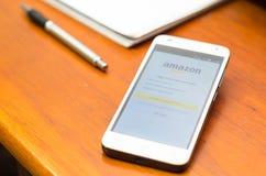 QUITO, ECUADOR - 3 DE AGOSTO DE 2015: Smartphone blanco Imágenes de archivo libres de regalías